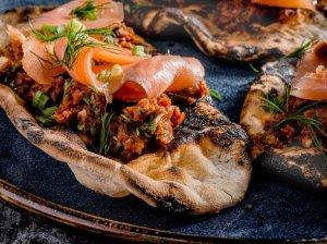 Paplotėliai su lašiša ir saulėje džiovintų pomidorų užtepėle
