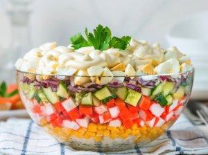 Greitos sluoksniuotos salotos su krabų lazdelėmis
