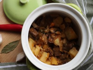 Mėsos bulvių troškinys čanachinėse
