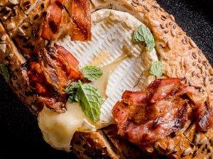 Duonelėje keptas sūris su šonine
