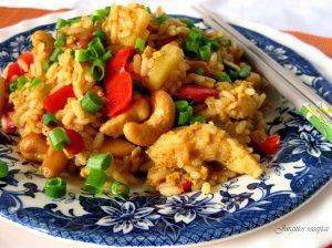 Azijietiškai kepti ryžiai su vištiena ir ananasais