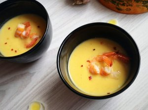 Moliūgų sriuba su lydytu sūreliu ir krevetėmis