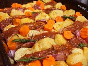 Marinuoti kiaulienos kepsneliai su bulvėmis orkaitėje