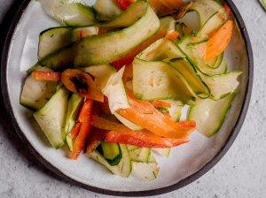 Gaivios morkų, agurkų ir cukinijų salotos