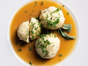 Virtų bulvių cepelinai su pastarnokais ir triušiena
