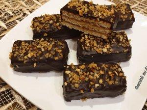 Sluoksniuoti sausainių pyragėliai su uogiene