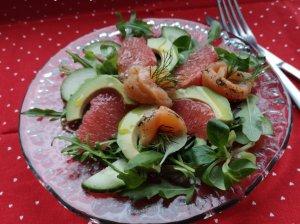 Gaivios salotos su lašiša ir greipfrutais