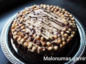 Karamelinis sūrio tortas su skrudintais lazdyno riešutais