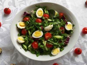 Gaivios salotos su putpelių kiaušiniais