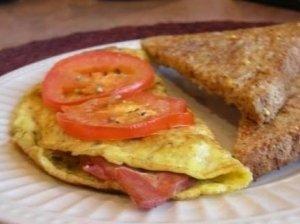 Kiaušinienė su pomidorais ir šonine