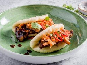 Azijietiškas Bao sumuštinis su mėsa ir daržovėmis
