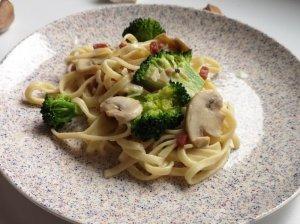Makaronai su šonine, brokoliais ir pievagrybiais
