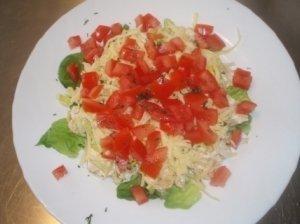 Pikantiškos krekerių salotos