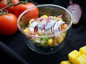 Silkė su mango, agurkų ir pomidorų salsa