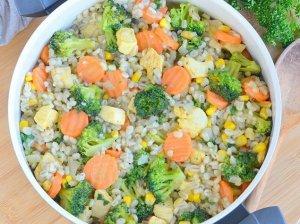 Sotus perlinių kruopų troškinys su vištiena ir daržovėmis