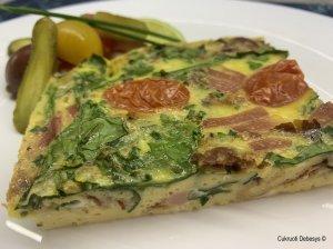 Orkaitėje keptas omletas su šonine, špinatais ir sūriu