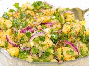 Bulvių salotos su silke ir žalumynais