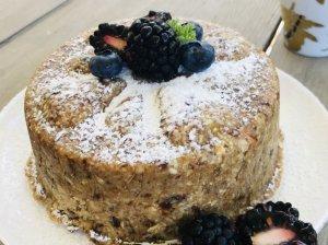 Veganiškas uogų tortas be pridėtinio cukraus ir miltų