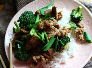 Jautiena su brokoliais azijietiškame padaže