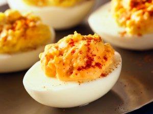 Įdaryti kiaušiniai su saulėje džiovintais pomidorais
