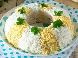 Greitos kumpio salotos su kiaušiniais ir sūriu