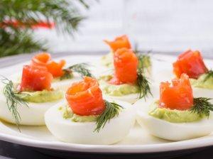 Įdaryti kiaušiniai su lašiša ir avokadu