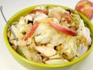 Obuolių ir kopūstų salotos