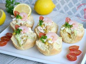 Sluoksniuotos tešlos krepšeliai su krevečių, krabų lazdelių ir salotų įdaru