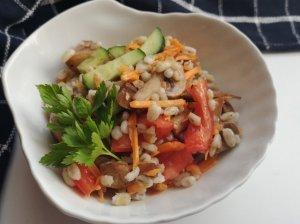 Perlinių kruopų salotos su pievagrybiais ir daržovėmis