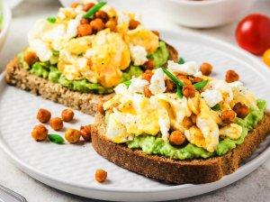 Pusryčių sumuštiniai su avokadais, kiaušiniais ir skrudintais avinžirniais