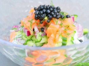 Grūdėtos varškės salotos su lašiša