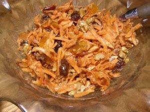 Morkų salotos su džiovintais vaisiais