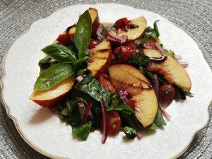 Špinatų salotos su nektarinais