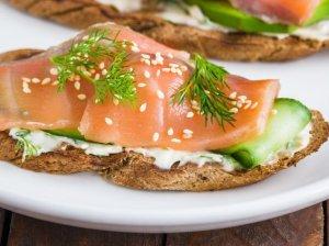 Greiti sumuštiniai su kreminiu sūreliu, lašiša ir agurkais