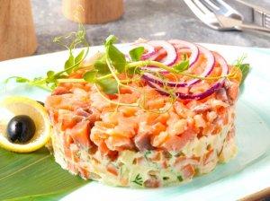 Šventiškos lašišos salotos su daržovėmis