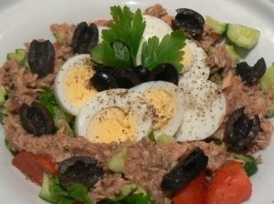 Salotos su tunu ir daržovėmis