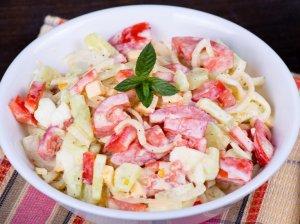 Greitos pomidorų salotos su sūriu ir kiaušiniais