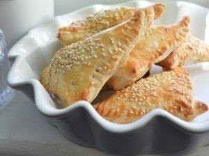 Greiti sluoksniuotos tešlos pyragėliai su tunu