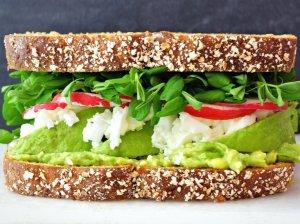 Gaivūs sumuštiniai su varške, avokadu ir ridikėliais