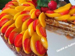 Nekeptas meduolių tortas su grietine ir persikais