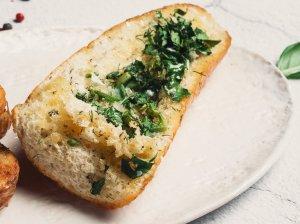 Duonos skrebutis su žalumynais