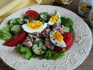 Salotos su tunu ir kiaušiniu