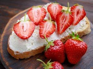 Pusryčių sumuštinis su varške ir braškėmis