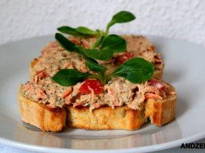Greiti sumuštiniai su tunu ir pomidorais