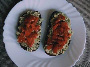 Sumuštiniai su avokado užtepėle ir pomidorais
