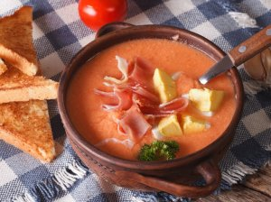 Šalta ispaniška pomidorų sriuba su kumpiu