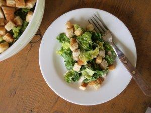 Greitos Cezario salotos su vištiena ir skrebučiais