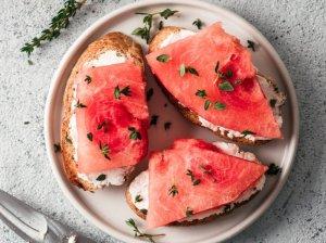 Vasariški sumuštiniai su kreminiu sūreliu ir arbūzu