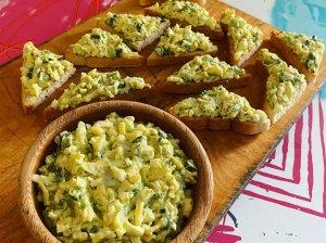 Kiaušinių, avokado ir sūrio užtepėlė su žalumynais