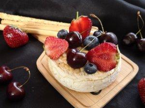 Keptas camembert sūris su medumi ir riešutais